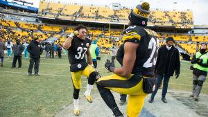 Pittsburgh-spelarna Jordan Dangerfield och Mike Mitchell firar segern över Miami.