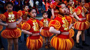 Några barn deltar i en parad för a5tt fira det kinesiska nyåret i Portugals huvudstad Lissabon.