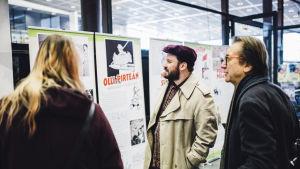 Människor tittar på utställning