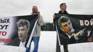 De här männen demonstrerar till Nemtsovs minne i S:t Petersburg 26.2.2017