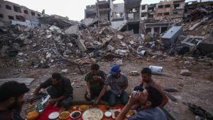 Slaget om den belägrade stadsdelen Jobar i östra Damaskus har pågått i över två år. Här äter rebeller middag i skymningen