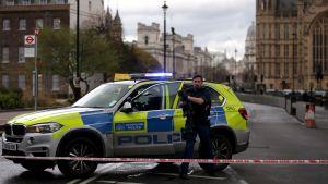 Polisbil utanför parlamentsbyggnaden i London.