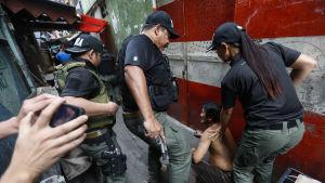 Filippinsk narkotikapolis under en räd i Quezon City, öster om Manila 3.3.2017