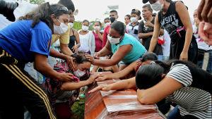 Sörjande anhöriga vid en massbegravning i Mocoa 3.4.2017