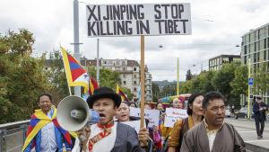 Demonstration i Genève mot övergrepp på tibetaner och uigurer i Kina.