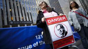 En kvinna håller upp ett plakat med Fox-programledaren Bill O'Reillys ansikte.