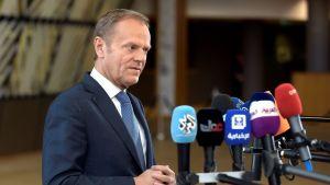 Donald Tusk talar till medier strax före EU-toppmötet i Bryssel på lördagen 29.4.2017.
