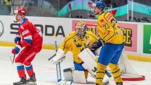 Oliver Ekman-Larsson framför det svenska målet.