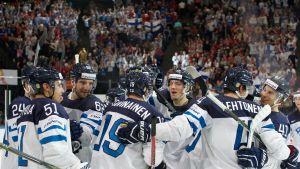 Finlands spelare firar segern över Schweiz, VM 2017.