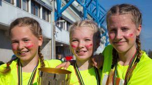 Flickor med segerpokal.