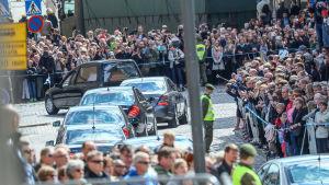 Tusentals människor följde med president Mauno Koivistos begravningsfölje i centrum av Helsingfors den 25 maj 2017.