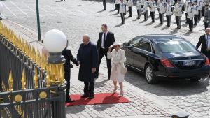 Kung Harald V av Norge och drottning Sonja anländer till presidentens slott.