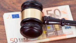 En domarkluba på 50-eurossedlar.