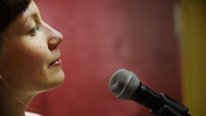 Litku Klemetti laulaa, mikrofoni, mikki