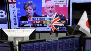 Nyheter om det brittiska valet visas på en valutamarknad i Tokyo 9.6.2017