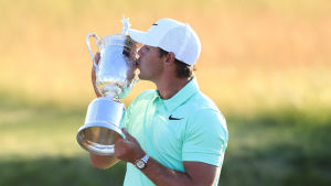 Brooks Koepka med US Open-pokalen.