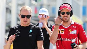 Valtteri Bottas och Sebastian Vettel går bredvid varandra.