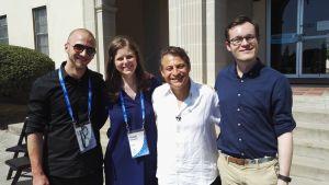Ryhmäkuva, vasemmalta Lauri Reuter, Tuija Pakkanen, Singularity Universityn perustaja Peter Diamandis sekä Endre Olsvik Elvestad.