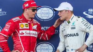 Kimi Räikkönen och Valtteri Bottas diskuterar