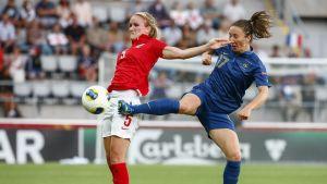 Sophie Bradley och Gaetane Thiney kämpar om bollen vid EM 2013.