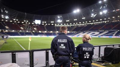 Poliser vid utrymd Hannover-arena. 8f9f60da44338