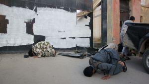 IS-krigare i staden Raqqa ber vid platsen där en USA-drönare ska ha slagit ner i ett kommunikationstorn.