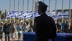 Skolbarn och andra israeler passerar Shimon Peres' kista utanför knesset 29.9.2016