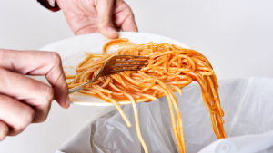 spagettia laitetaan lautaselta roskiin