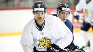 Juhamatti Aaltonen och det finländska laget inleder VM med match mot Vitryssland på fredag.