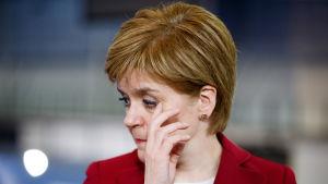 SNP-ledaren Nicola Sturgeon kommenterar valet i Glasgow under natten till fredagen.