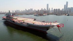 Kina lanserade sitt första hangarfartyg som byggts med inhemska krafter i april 2017.