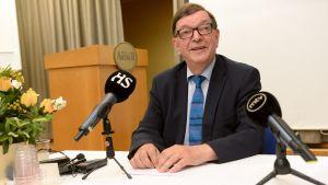 Paavo Väyrynen på presskonferens.