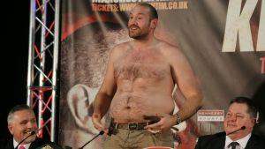 Tyson Fury visar upp magen.