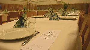 Dukat bord med servetter blommor och tallrikar på Lilla nobelfesten i Gerby skola