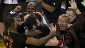 Cleveland firar finalsegern över Golden State.