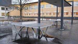 Två bordtennisbord på Lyceiparkens skolas gård.