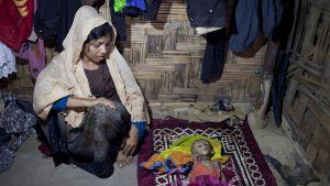 Nur Begam sörjer sin döda son i ett flyktingläger för rohingyas i Teknaf, Bangladesh 26.11.2016