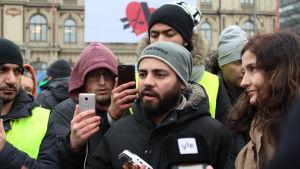 en person omgiven av journalister