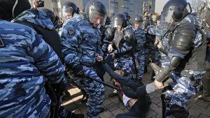 Rysk kravallpolis griper demonstrant under protesten i Moskva 26.3.2017