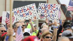 Trump-supportrar visar sitt stöd för nyhetssajten Breitbart News.