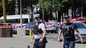 Polisen under en operation på Champs-Élysées i Paris.