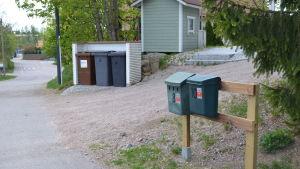 Postlådor vid vägrenen i Köklax
