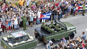 Konvojen som transporterar Castros urna passerar Holguín.