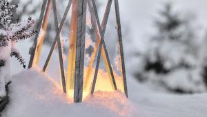 En ljuslykta i snön.