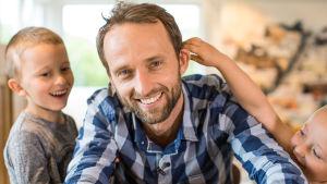 programledare Lars Karelius Noer omgiven av sina egna pojkar.