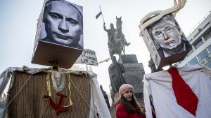 Donald Trump och Vladimir Putin häcklas på kvinnomarsch i Prag den 21 januari.