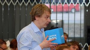 Fullmäktige Otto Andersson talar i en krangkastbar mikrofon