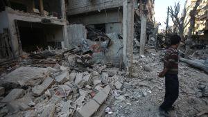 Belägrade civila i rebellkontrollerade städer som Homs, Madaya, Zabadani och Douma lever under så outhärdliga förhållanden att många är redo att evakueras. Bilden är från Douma i Damaskus som bombades nyligen