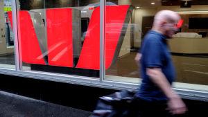 En fotgängare passerar en bank i Sidney den 15 januari 2016.
