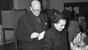 Urho ja Sylvi Kekkonen äänestävät presidentin valitsijamiesvaaleissa 1956, kuva: Museovirasto/U.A. Saarinen